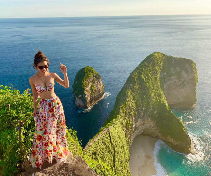 Ngày đầu đến Bali: Đi thẳng đến bến tàu Sanur mua vé khứ hồi đi đảo Nusa Penida 400k Rupiah (khoảng 650k vnd) Và đây là chỗ đầu tiên mình đi: Kelingking beach Bên này thuê xe máy ngay bến tàu luôn.Lên là thấy liền mấy chỗ cho thuê giá 75-200 rupiah 1 ngày tuỳ loại xe.Trinh thuê xe thường giá là 75 Rp. Bên này đảo nên đường khá xấu,tay lái nghịch so với Việt Nam nên các bạn nhớ chạy cẩn thận.Có thể ở lại hoặc đi sáng chiều về.chuyến tàu trễ nhất 5pm.Mình khuyên nên ở 2 ngày để đi cho hết cảnh đẹp.