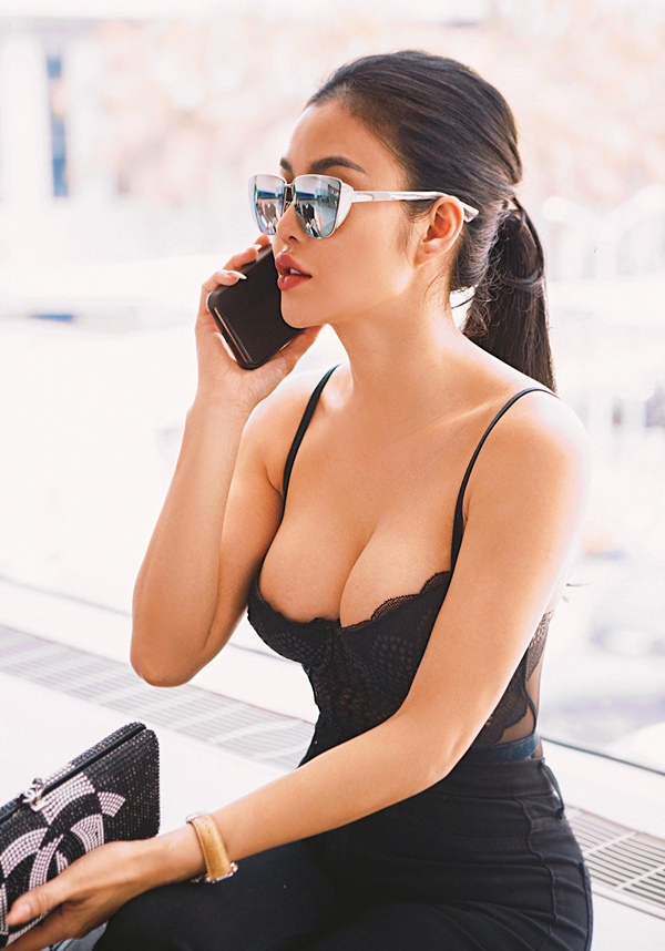 Julia Hồ vẫn trung thành với phong cách sexy suốt 7 năm nay.