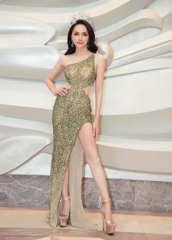 Hương Giang diện váy của nhà thiết kế Linh San, đội vương miện dự chung kết Hoa hậu Chuyển giới Quốc tế 2019, tối 8/3 tại Thái Lan.