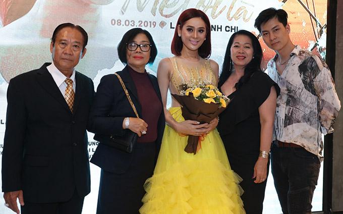 Bố mẹ ruột (đứng bên trái), mẹ chồng và ông xã Phi Hùng đến ủng hộ cô có sản phẩm ý nghĩa nhân dịp Quốc tế Phụ nữ 8/3.