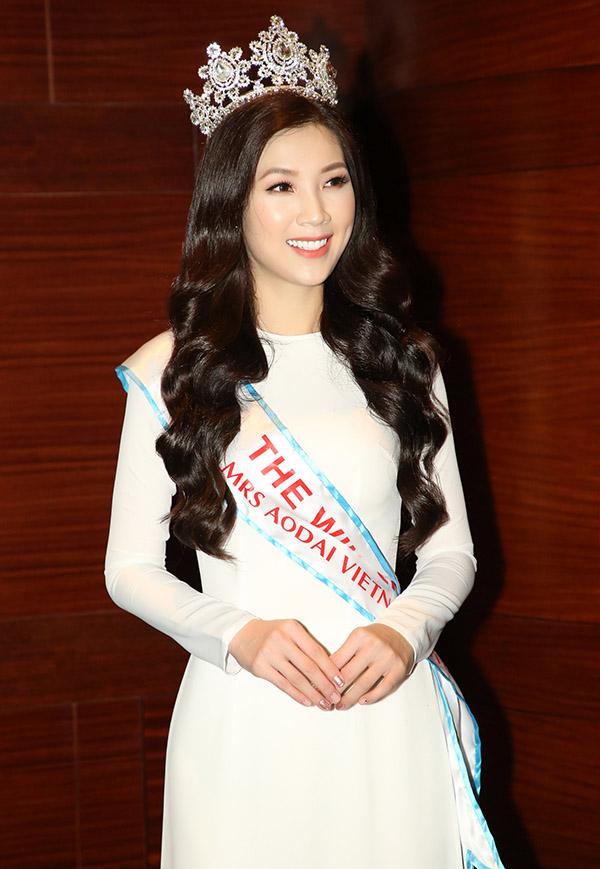 Hoa hậu Áo dài 2018 Phí Thùy Linh diện lại bộ cánh cô từng mặc trong đêm đăng quang năm ngoái.