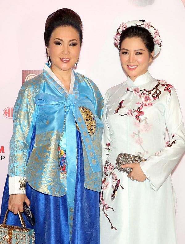 Ca sĩ Đinh Hiền Anh là trưởng ban giám khảo Hoa hậu Áo dài 2019. Cô chụp ảnh cùng bà Jenny - chủ tịch cuộc thi Hoa hậu Hàn Quốc.
