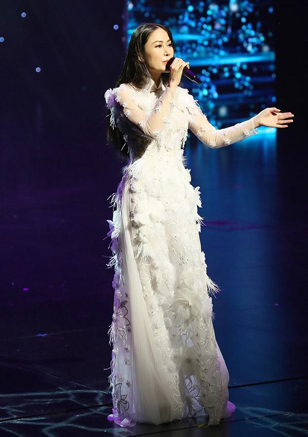 Ca sĩ Tuyết Nga - top 10 Sao Mai 2017 là thí sinh dự thi Hoa hậu Áo dài. Cô gây ấn tượng khi khoe giọng hát đầy nội lực trong đêm chung kết.