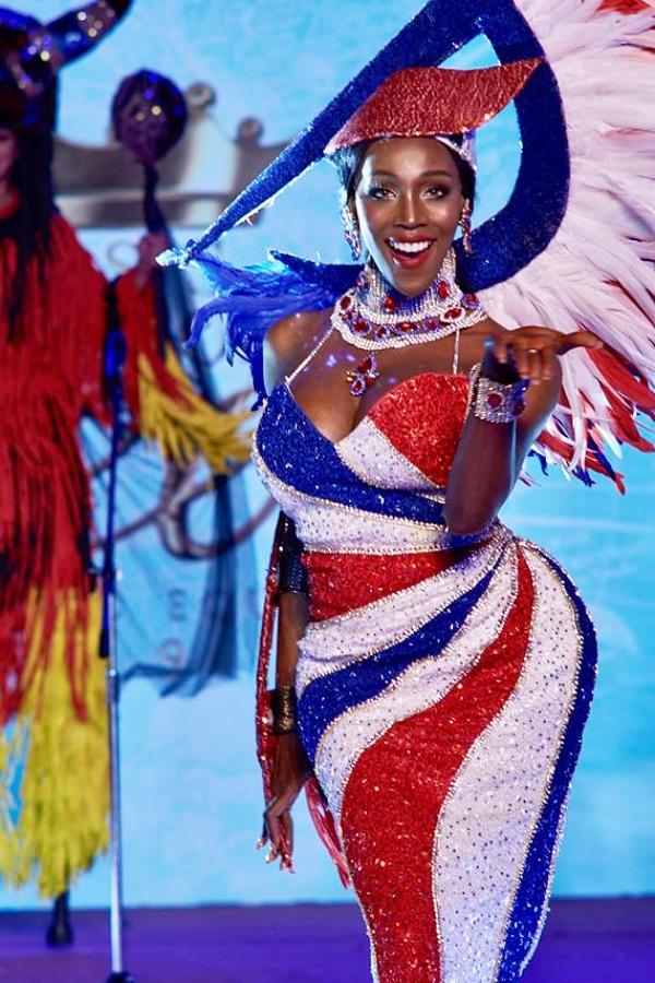 Người đẹp trình diễn trang phục truyền thống.