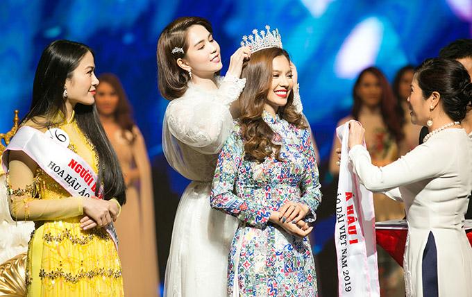 Ngọc Trinh trao giải Á hậu 1 cho người đẹp Phương Cherry đến từ Đà Nẵng.