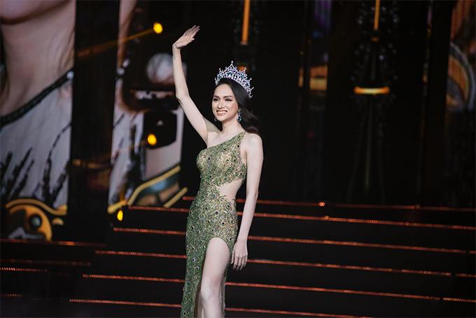 Xuất hiện tại đêm chung kết Hoa hậu Chuyển giới Quốc tế 2019, Hương Giang được khán giá hâm mộ khen ngợi về thần thái và phong cách quyến rũ.