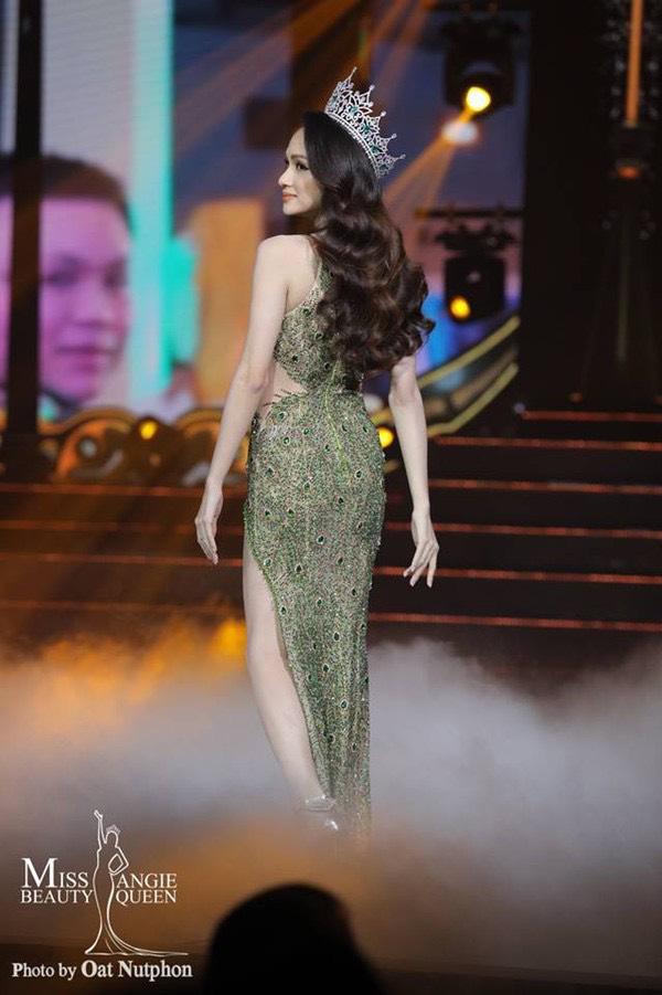 Hoa hậu Hương Giang đã chọnchiếc váy dạ hỠcủa nhà thiết kếLinh San để lên sân khấu trao lại vương miện.