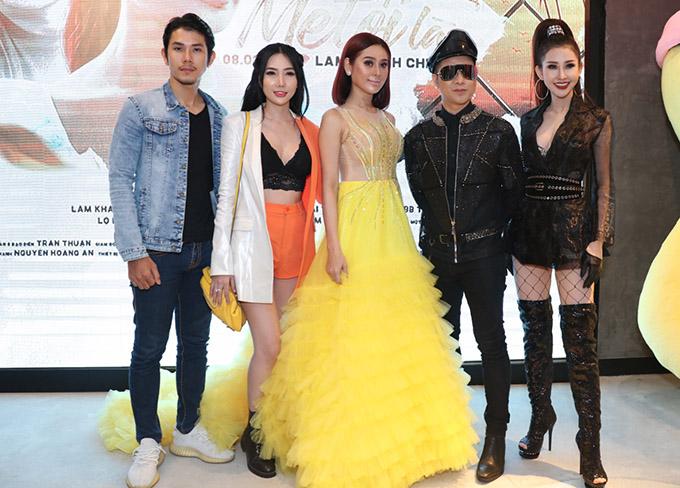 Quách Tuấn Du (đội mũ) mặc sành điệu cùng Hoa hậu Chi Nguyễn (ngoài cùng bên phải) và nhiều bạn bè thân thiết đến chung vui với Lâm Khánh Chi.
