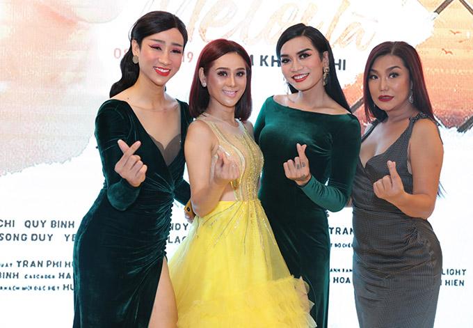 Hai nghệ sĩ hài Hải Triều, BB Trần và ca sĩ chuyển giới Cindy Thái Tài vui vẻ bắn tim chụp ảnh cùng công chúa.