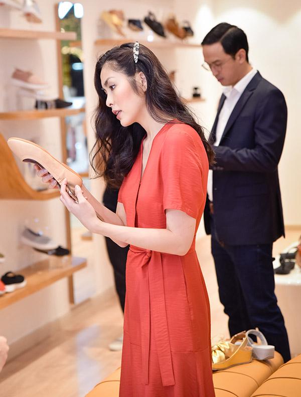 Tăng Thanh Hà chọn cho mình mọt đôi giày đế bệt màu sắc trang nhã.