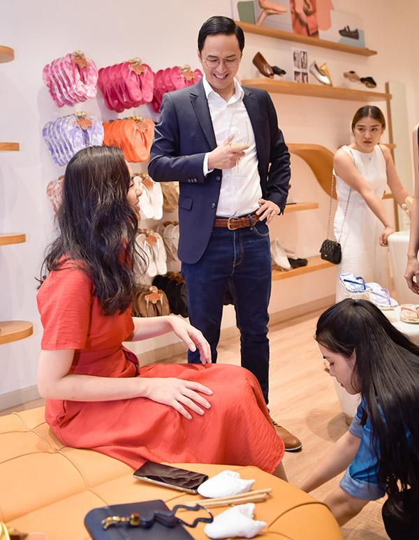 Cô được nhân viên cửa hàng giúp thử giày trong khi ông xã Louis Nguyễn ngắm nghía, tư vấn cho vợ về món phụ kiện mới.