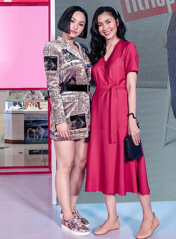 Ca sĩ Miu Lê là khách mời trong sự kiện này. Cô gây chú ý với váy ngắn họa tiết những trang báo.