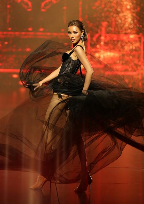 Siêu mẫu Khả Trang gây ấn tượng với những bước đi dứt khoát, mạnh mẽ. Bộ bodysui gợi cảm cùng phần voan choàng giúp cô khoe trọn được đôi chân dài sexy cùng body lý tưởng.