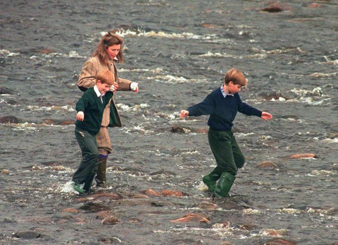 Bảo mẫu Tiggy đưahai anh em William, Harry đi chơi ngoài trờikhi còn nhỏ. Ảnh: UK Press.