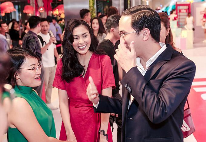 Tăng Thanh Hà ủng hộ chồng đưa một thương hiệu giày của Anh về Việt Nam. Vợ chồng cô vừa tổ chức buổi khai trương cửa hàng ở TP HCM, tối 9/3. Cả hai vui vẻ tiếp đón đông đảo bạn bè, khách hàng tới tham quan, mua sắm.