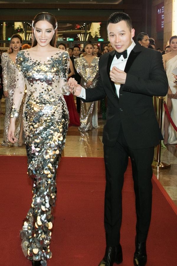 Bầu Tiệp dắt tay Hoa hậu Kỳ Duyên trên thảm đỏ.