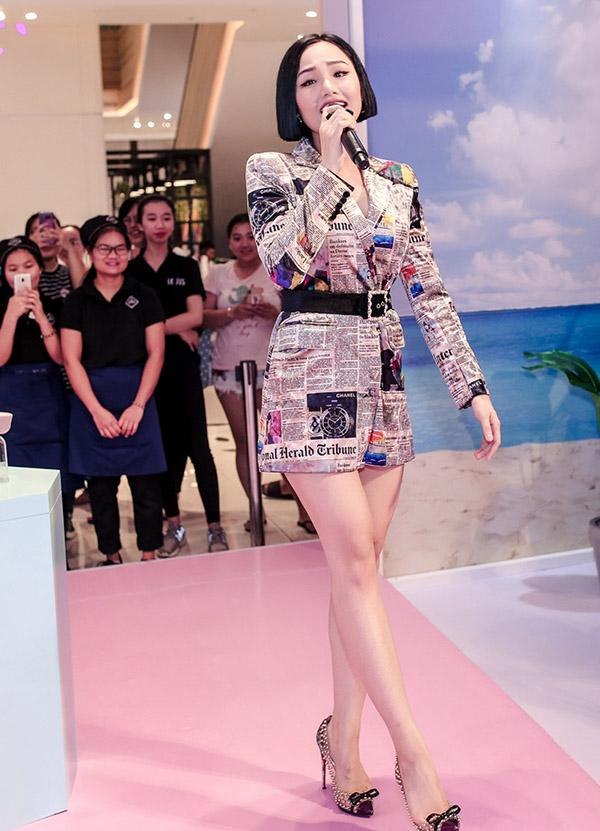 Miu Lê biểu diễn các ca khúc Anh đang nơi đâu, Mình yêu từ bao giờ... được đông đảo khán giả cổ vũ.