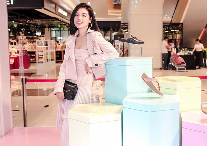 Hot girl Trâm Anh điệu đà với váy áo gam hồng.