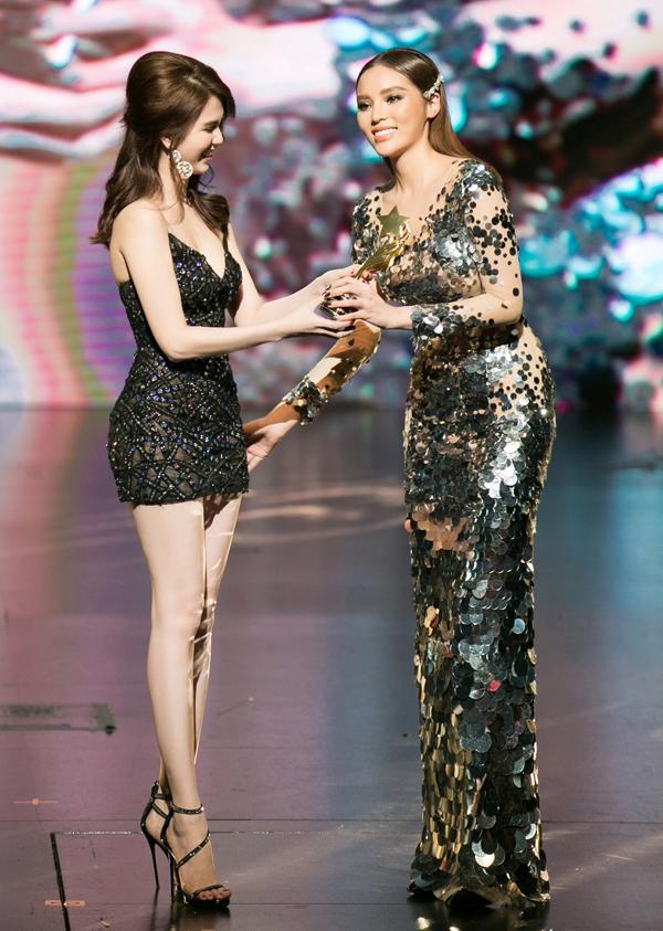 Người đẹp quê Nam Định bất ngờ khi được xướng tên đoạt giải Nữ hoàng thảm đỏ. Ngọc Trinh lên trao kỷ niệm chương cho Kỳ Duyên.