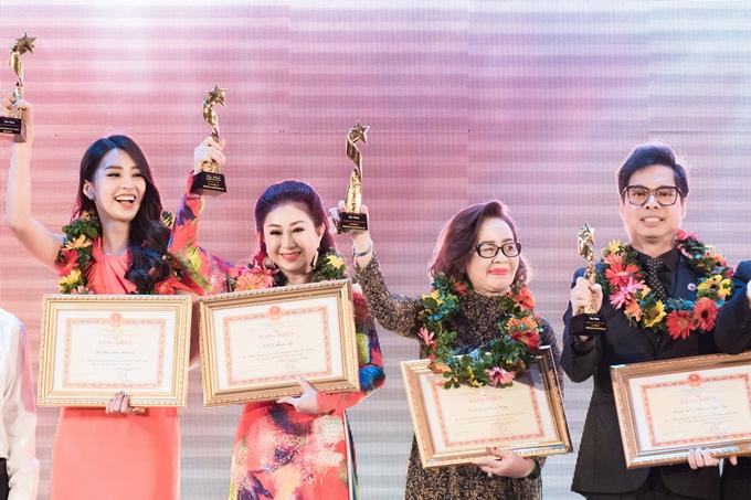 Tiểu Vy bày tỏ niềm vinh dự được đứng cạnh các cô chú nghệ sĩ gạo cội.