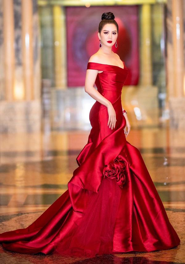 Ca sĩ Đinh Hiền Anh lộng lẫy với váy hàng hiệu đỏ rực.
