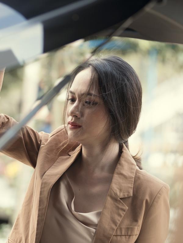 Hương Giang không muốn bản thân bị phản bội hai lần liên tiếp cho tình yêu. Cô thất vọng và khóc nghẹn rời ngay đi trong đêm.