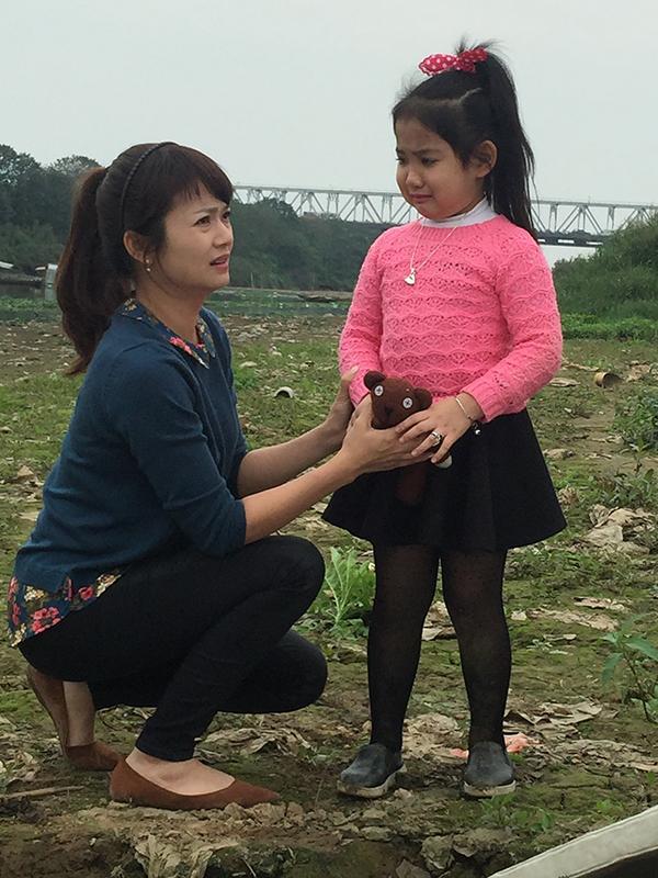 Bé Hà Anh và diễn viên Kiều Anh trong Giọt nước mắt muộn màng.