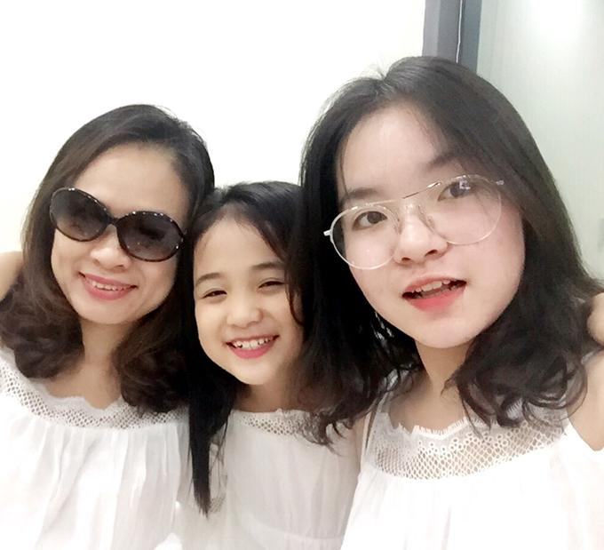 Hà Anh (giữa) chụp ảnh cùng mẹ và chị gái.