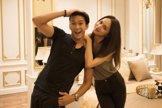 Anh chàng Phillip xuất hiện ở cuối MV chính là quán quân The Face phiên bản nam Thái Lan và được siêu mẫu Lukkade giới thiệu hợp tác với Hương Giang.