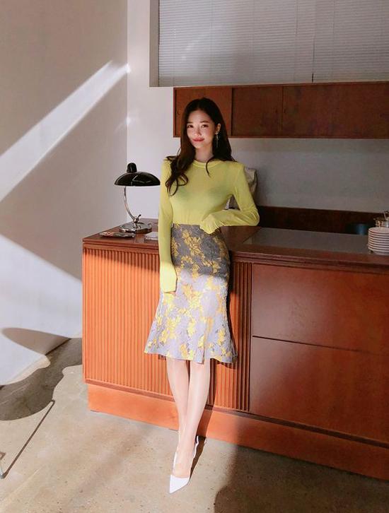Mặc đẹp đến văn phòng cho nàng mê chân váy - 4