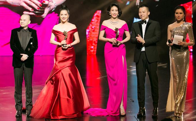 Hà Kiều Anh và Đinh Hiền Anh cùng nhận giải Nữ hoàng đêm hội.