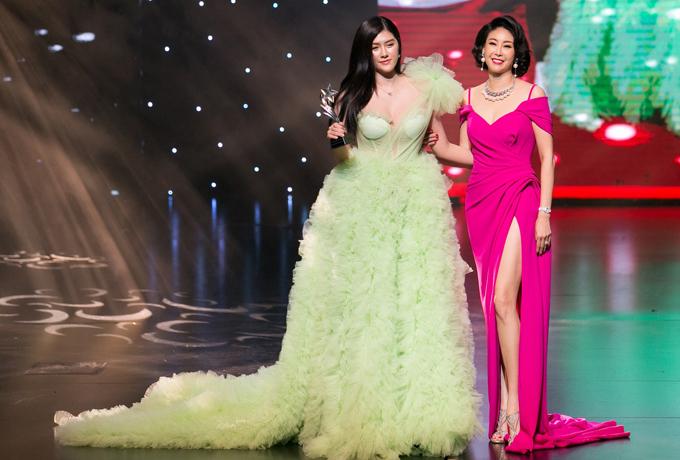 Hà Kiều Anh chúc mừng đàn em Huỳnh Tiên được bình chọn Mỹ nhân mặc trang phục ấn tượng nhất.