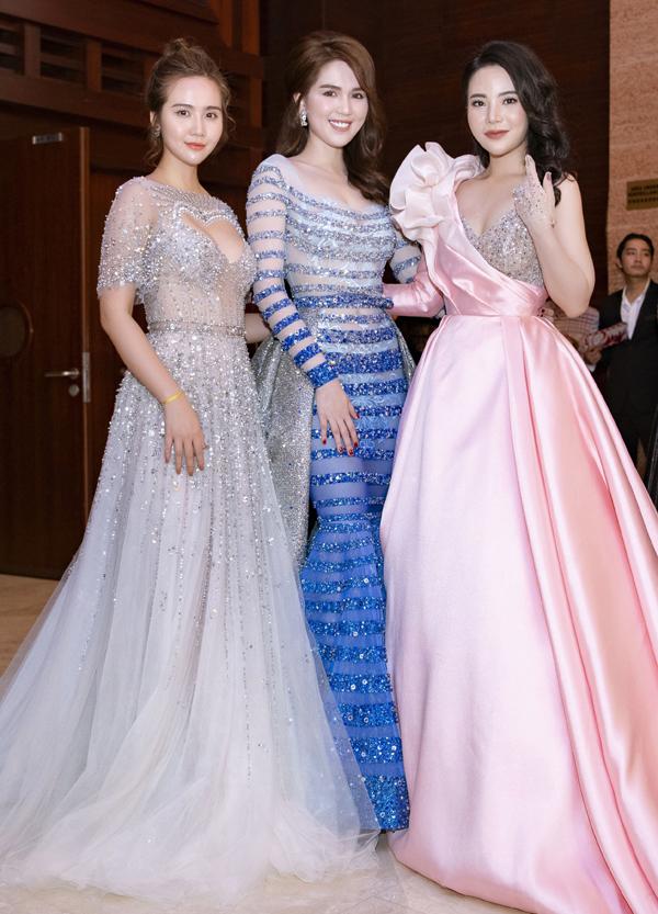 Từ trái qua: diễn viên Huyền Lizzie đua vẻ lộng lẫy với Ngọc Trinh và Stella Chang.