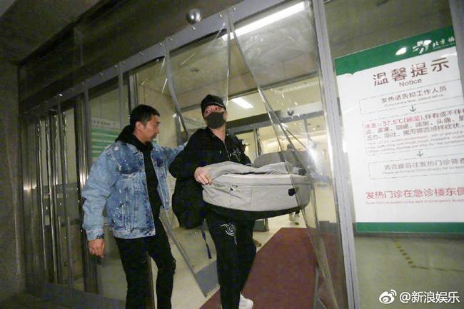 Thiệu Phong mang nôi vào viện hôm 9/3.