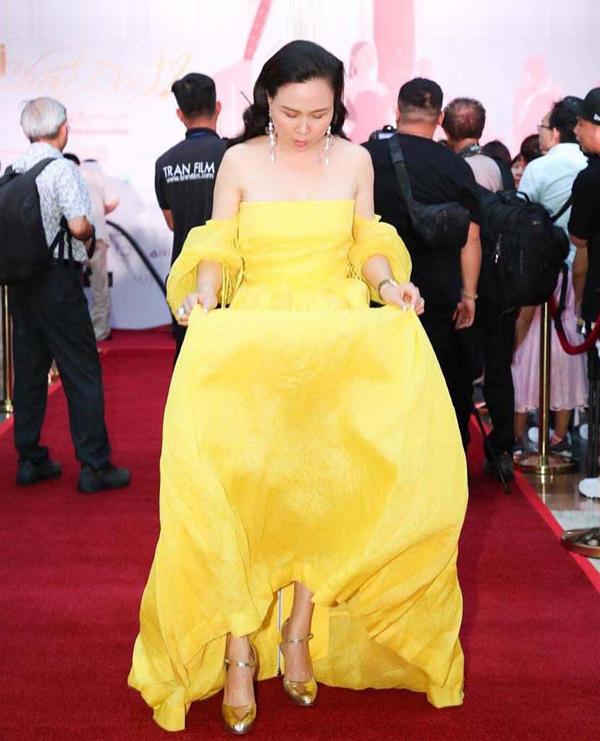 Lần này cũng vậy, Phượng Chanel trở thành tâm điểm bàn luận do cách chọn xiêm y sai lầm. Mẫu váy quá dài không phù hợp chiều cao của chị, trong khi kích cỡ không vừa vặn cơ thể khiến nữ doanh nhân trông lôi thôi, thiếu vẻ sang trọng.