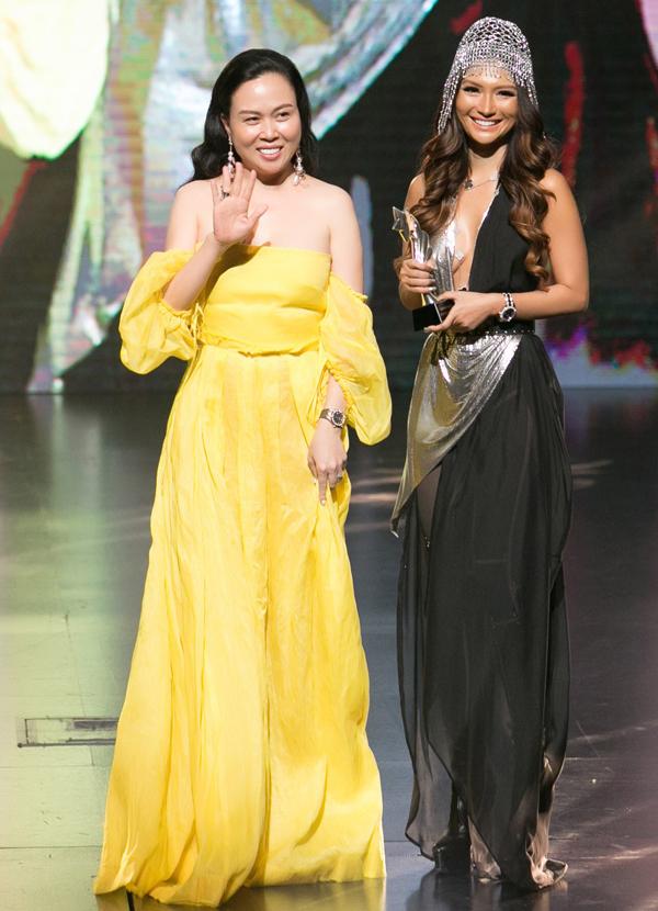 Phượng Chanel gợi cảm bên fashionista Trisha Vũ (phải).