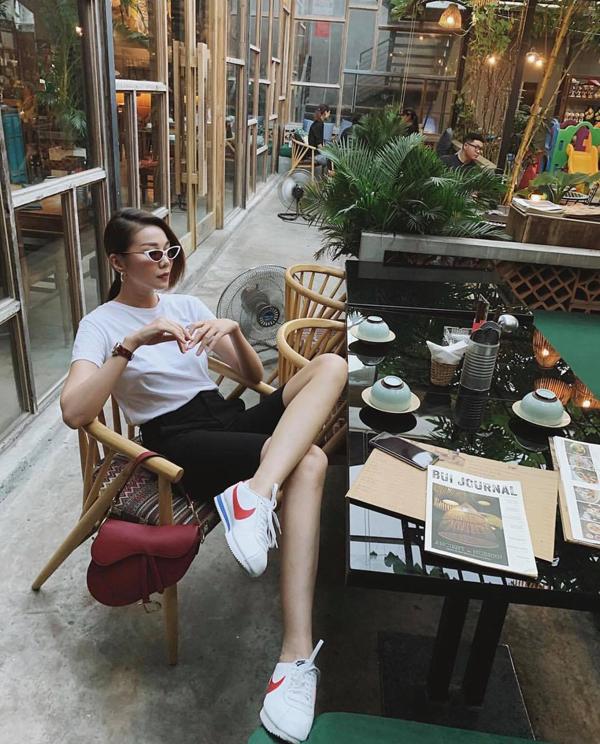 Đầu mùa nắng năm nay, Thanh Hằng chọn loạt trang phục mới với điểm nhấn chủ đạo là sắc trắng tinh khôi.