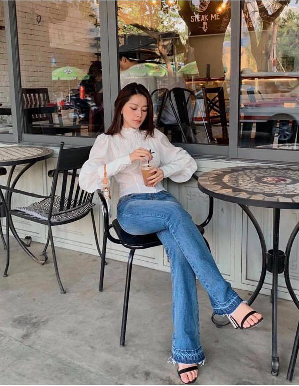 Chi Pu nhẹ nhàng với phong cách cổ điển khi điện áo blouse trắng cùng với jeans ống đứng, sandal cao gót và túi xách tay Louis Vuitton.
