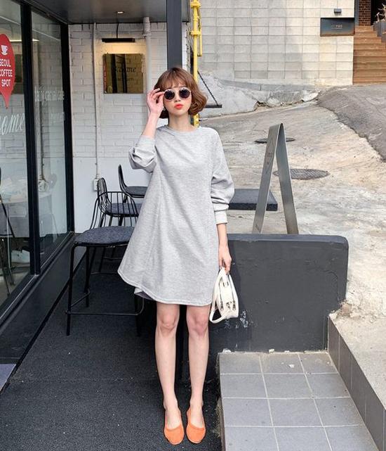 Váy suông không quá kén hình thể, tông màu trung tính cũng là lựa chọn hoàn hảo khi đi đến văn phòng và các chị em cũng có thể tận dụng set đồ này khi hẹn hò sau giờ tan sở.