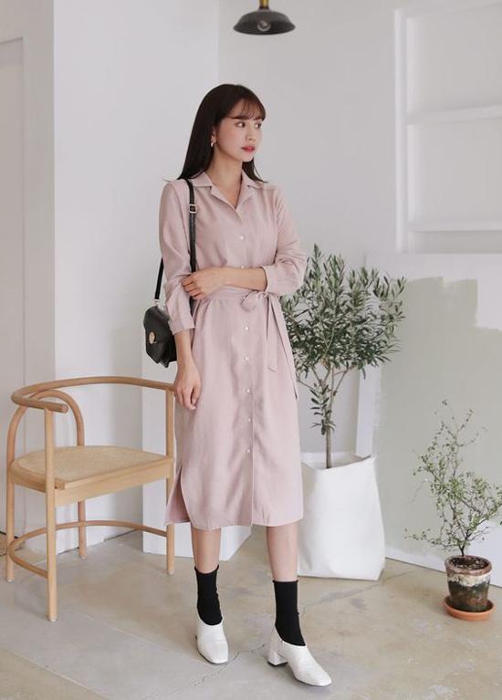 Váy sơ mi, đầm thắt eo cũng là kiểu trang phục dễ dàng sử dụng mọi lúc, mọi nơi. Mẫu đầm thắt eo còn góp phần tôn đường cong nhẹ nhàng cho người mặc.
