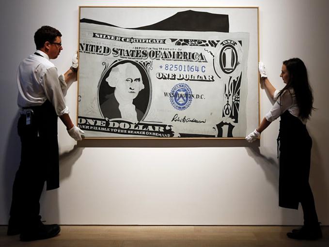 Alice chưa từng giữvaiđiều hành công ty gia đìnhmàtrở thành nhà sưu tầm nghệ thuật, lĩnh vực đã yêu thích từ khi còn nhỏ. 10 tuổi, Alice bỏ 2 USD muabức vẽ đầu tiên.Hiện bàlà chủ nhân bộ sưu tập nghệ thuật tư giá trị 500 triệu USD trongbảo tàng tự mở Crystal Bridges ở quê nhà. Alice Walton bỏ ra số tiền lớn nhất lịch sử mua tranh của một họa sĩ nữ, 44,4 triệu USD. Tranh vẽ một bông hoa màu trắng. Ảnh:AP.