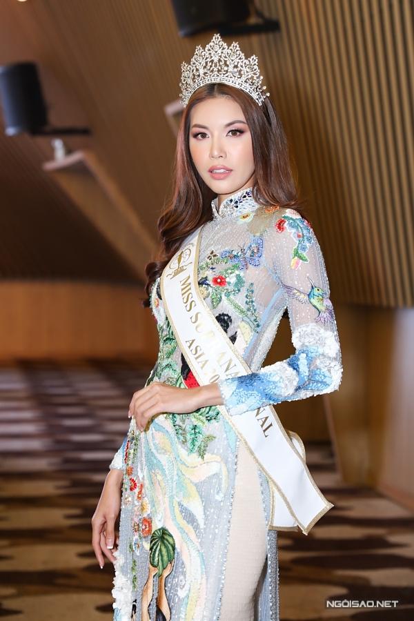 Siêu mẫu Minh Tú diện áo dài duyên dáng. Cô là đại diện Việt Nam dự thi Hoa hậu Siêu quốc gia 2018, lọt top 10 và giành danh hiệu Hoa hậu khu vực châu Á.