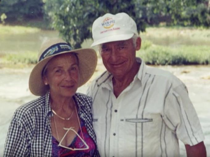Sam Walton mở bách hóa Walmart đầu tiên ở tiểu bang Arkansas năm 1962. Ông kết hôn với bà Helen Robson từ năm 1942 và có 4 con: Rob, John, Jim vàAlice. Khi mất năm 1992, ông để lại cho vợ và 4 con 100 tỷ USD quapháp nhân là công ty CP Walton Enterprises, sao cho họ phải nộp thuế tối thiểu. Ảnh: Walton Family Foundation.