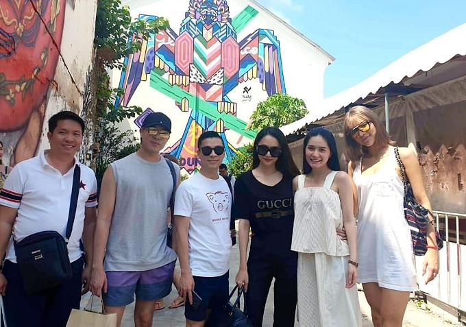 Từ trái qua: doanh nhân Quốc Vũ (chồng Di Băng) - stylist Mạch Huy - nhà thiết kế Adrian Anh Tuấn - Hương Giang - Di Băng - Khả Trang thích thú khám phá cuộc sống địa phương ở Phuket.