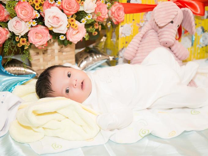 Bé Thiên Phú có tên ở nhà là Tết. Cậu nhóc rất bụ bẫm, đáng yêu, mới một tháng tuổi đã nặng gần 6 kg.