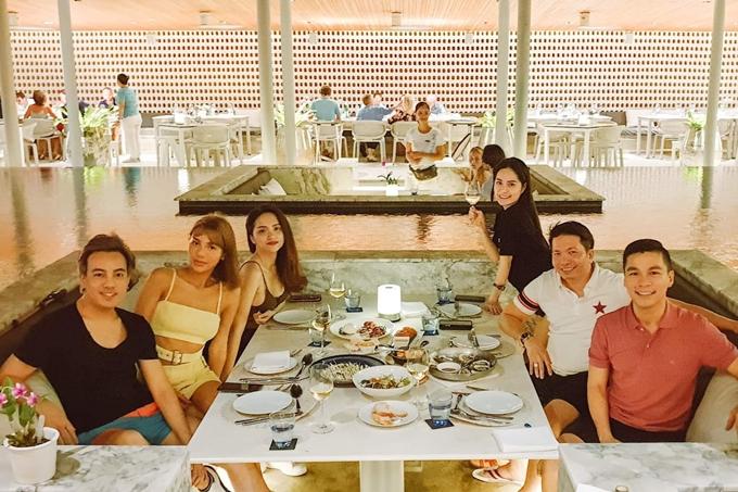Cả nhóm ăn tối trong một nhà hàng sang trọng.