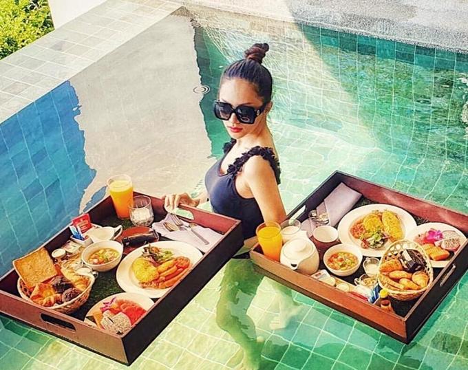 Căn phòng Hương Giang ở có hồ bơi hướng thẳng ra biển. Tranh thủ buổi sáng sớm, cô diện bikini kết hợp ăn sáng ngay tại hồ bơi.