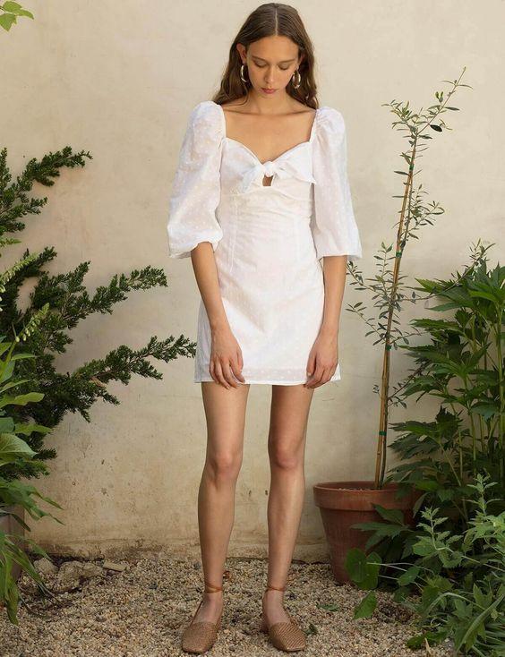 Khi sắm sửa váy áo mới để lên đường đi du lịch, các nàng đừng quên chọn thêm các mẫu váy trắng dáng ngắn. Dù lên rừng hay xuống biển thì đây vẫn là trang phục khiến bạn gái nổi bật trong không gian và bối cảnh.