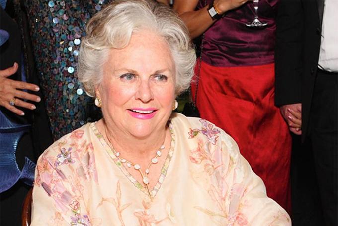[Captio3. Jacqueline Mars (giữa) - 23,9 tỷ USDĐứng ở vị trí thứ ba là cháu nội của nhà sáng lập công ty sản xuất kẹo lớn nhất thế giới, Mars. Bà Jacqueline Mars hiện nắm khoảng 1/3 cổ phần của Mars. Tỷ phú 79 tuổi từng làm việc cho công ty của gia tộc trong gần 20 năm và là thành viên hội đồng quản trị của Mars đến năm 2016. Mars ngày nay là một trong những công ty khổng lồ hiếm hoi tại Mỹ vẫn thuộc sở hữu gia đình. Ảnh:Getty.