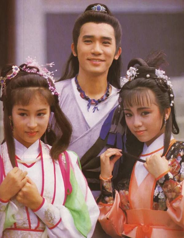 Đặng Tụy Văn (ngoài cùng bên phải) mang đến chân dung Chu Chỉ Nhược nhu mỳ, u sầu trong bản phim của TVB năm 1986, đóng chung với Lương Triều Vỹ và Lê Mỹ Nhàn.